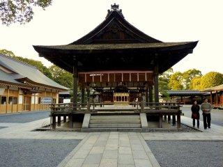 Крытая сцена в центре храмового дворика
