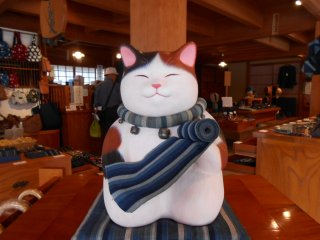 A beckoning cat in one of the souvenir shops