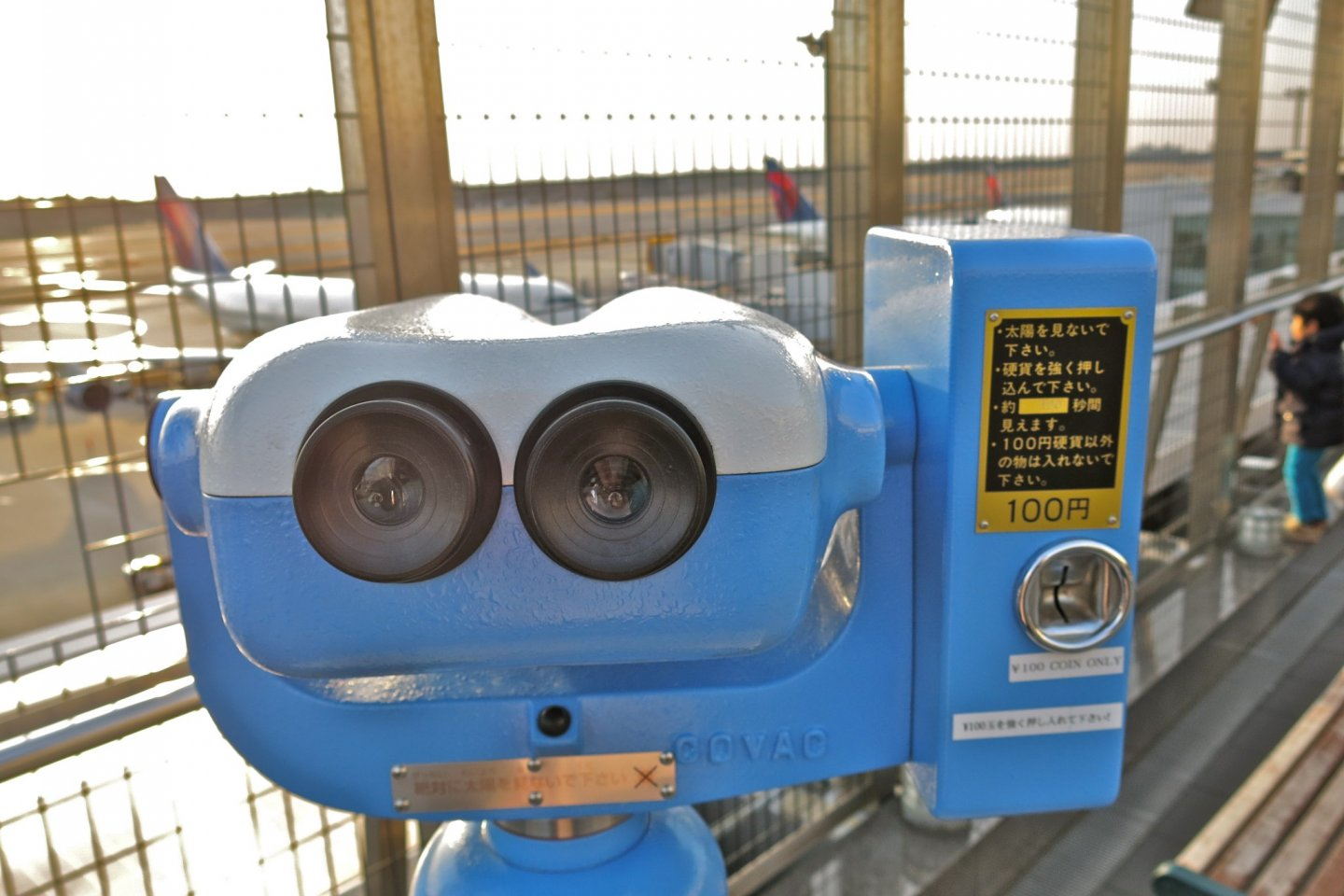 Roam around the Observation Deck and pay 100yen to peek through telescopes to get a closer look at aircraft taking off!