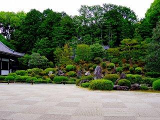 Belo pátio de jardim em frente à Sala Kaizan-do
