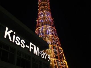 ポートタワー近くのラジオ局「Kiss-FM 89.9」では、ローカルプログラムを放送している