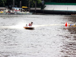 At the turn the drivers stand up a bit and lean to the side to help the boat turn at high speed.