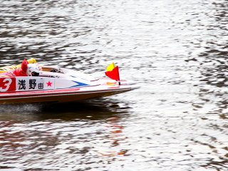 After the quick start some of the boats are neck in neck on the straightaway before getting to the first turn.