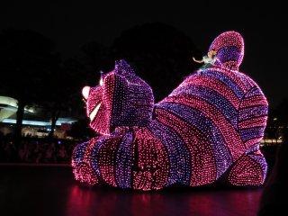 """Электрический парад в Токийском Диснейленде: Чеширский Кот из """"Алиса в стране чудес"""""""