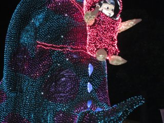 Электрический парад в Токийском Диснейленде: Бу на спине у Салли