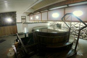 Un tonneau rempli d'eau chaude en intérieur