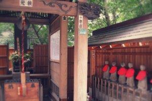 Un petit sanctuaire près de la station de Ikebukuro à l'extérieur de Dai Ichi Inn Ikebukuro