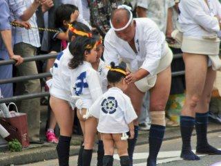 เด็กๆ ที่เข้าร่วมกิจกรรมกับคุณปู่ของพวกเขา โดยทั่วไปแล้วเด็กเล็กๆ จะวิ่งข้างหน้าของแท่นแห่