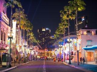Главная улица со своими деревьями и огнями. Это выглядит волшебно.