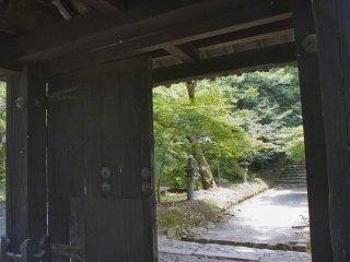 Kuromon was first built during the Kamakura period (1185-1333)
