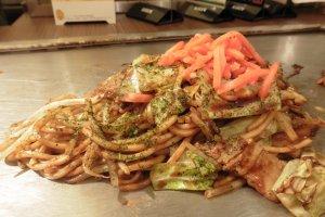 Le restaurant propose également des des nouilles sautées, appelées yakisoba