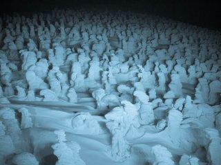 夜間ライトアップされた氷の怪物たち・・・どこかに向かって行進しているようだ