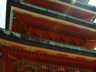境内中段の中央に建つ五重塔 本堂と塔が直線上に並び立つ四天王寺式の伽藍配置