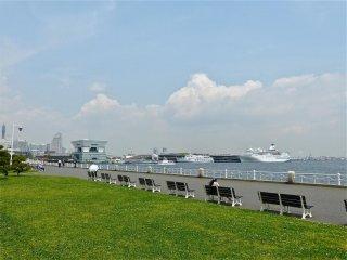 จากม้านั่งไปทางซ้ายมือคือ ท่าเรือ Osanbashi Pier และ Minato-mirai