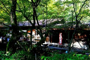 The original location of Kamonji's hut is now a B&B in front of Myojin-ike Pond, run by his great-grandson