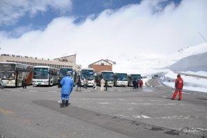 Ketika tiba di sana bis menurunkan kami di depan bangunan di Terminal Murodo ini dan kemudian bus diparkir