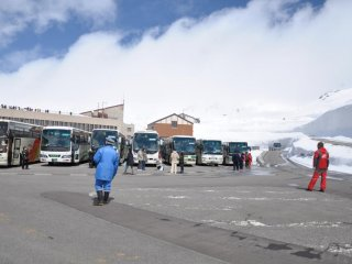 When we arrived they dropped us off in front of this building at the Murodo Terminal and then parked the bus.