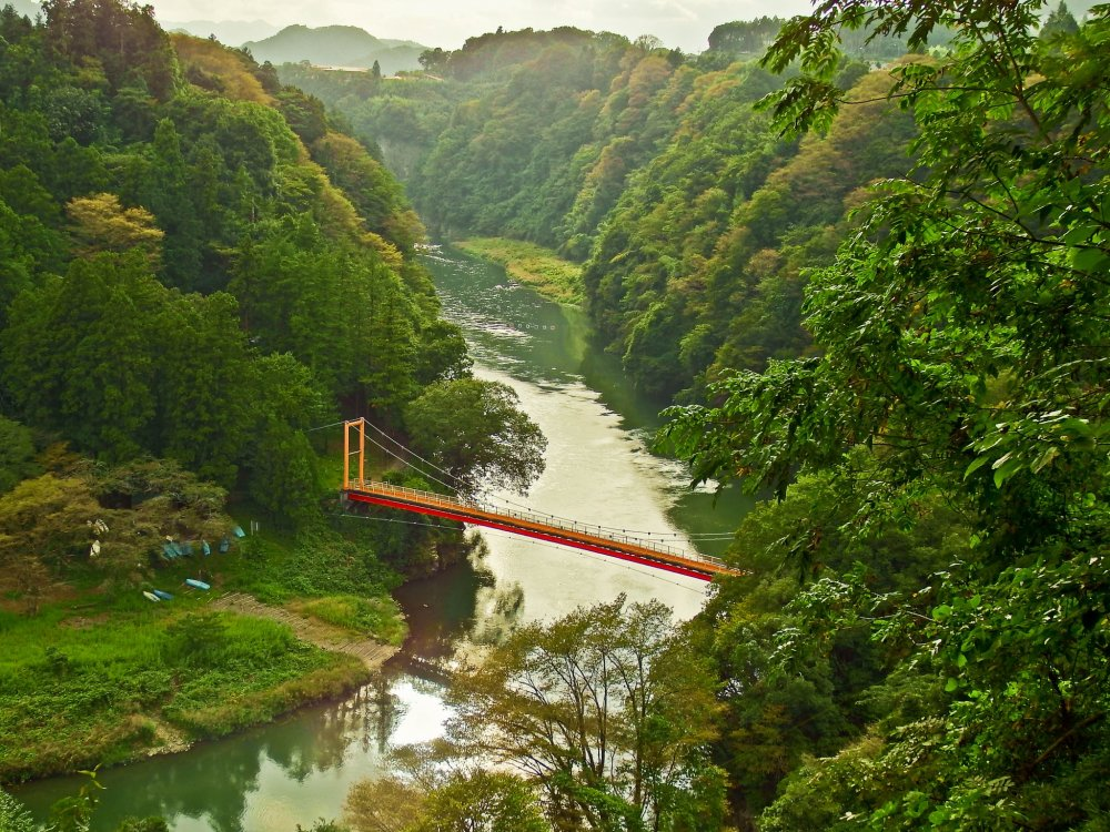 If approaching Lake Sagami from Mount Takao, the very distinctive Benten Bridge will appear before you in a valley directly below