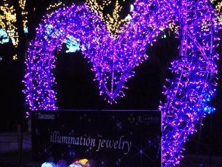 "Karakter menggemaskan menyambut Anda di depan ornamen dengan cahaya berbentuk hati yang disebut ""Perhiasan iluminasi''"