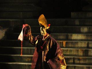 Ini mungkin tampak seperti tempat yang aneh untuk melihat salah satu seni pertunjukan tradisional Jepang, tapi entah bagaimana terasa benar!