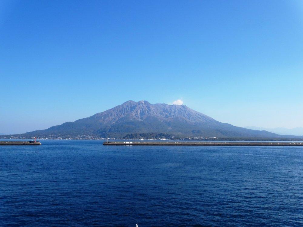 Sakurajima un jour de beau temps au printemps