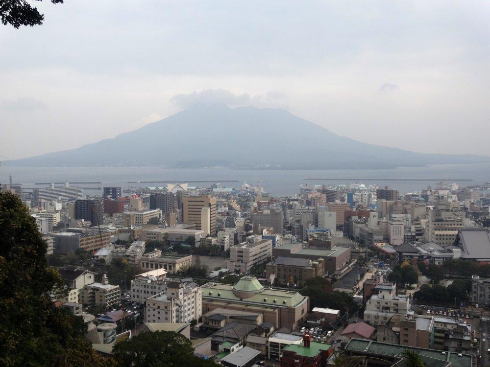 Sakurajima dissimulé par les nuages depuis Shiroyama à Kagoshima