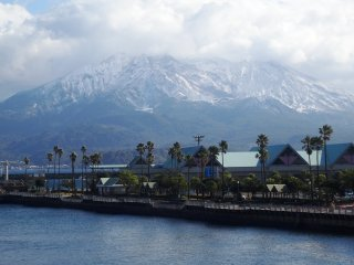 Vue sur le volcan depuis le ferry