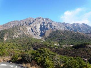Sakurajima est bien visible depuis le point d'observation le plus haut du volcan