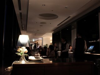 JR伊勢丹デパートの11階、北側に細長い客室は全面に大きな窓が