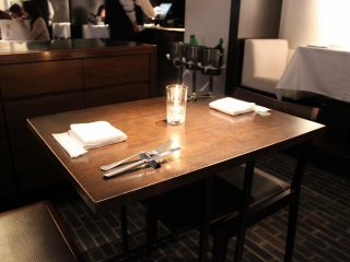 テーブル席は窓際と壁側にあり、8人用の個室もある
