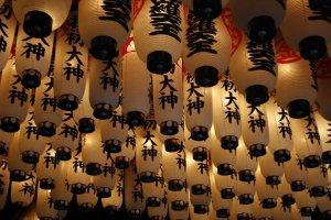 paper lanterns at Hozenji