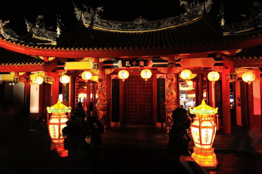 La couleur vermillon diffère de celle des sanctuaires japonais. Ils me sont étrangers mais ne sont pas moins divins pour moi