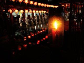 Vous verrez des saints se profiler dans l'obscurité à la lueur des chandelles