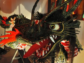 Une imposante statue de dragon... Elle semble bouger