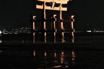 A Misteriosa Miyajima à Noite