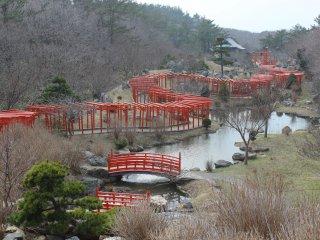 Cette photo a été prise depuis une pente à proximité du sanctuaire Takayama Inari