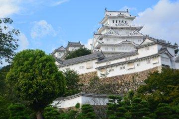 Bersantai di Halaman Kastil Himeji