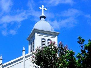 青空をバックに白亜の天主堂が映えて、百日紅の花がとても印象的
