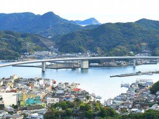遠見山公園から牛深ハイヤ大橋と港を見下ろす