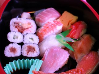 One of the choices includes a sushi sampler for JPY 1000. You could also opt for simpler snacks like popcorn, fried chicken, and more