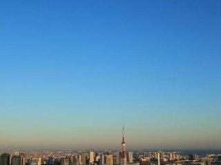 Torre de Tóquio sob uma lua de dia