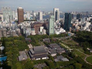 Olhando para baixo para o Zojo-ji a partir do primeiro observatório