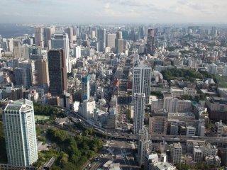 Os muitos arranha-céus de Tóquio parecem modelos de brinquedos vistos a partir do topo da Torre de Tóquio!