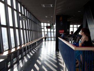 Um dos cafés no interior da torre, com uma excelente vista sobre a cidade