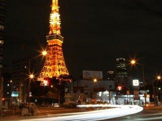 À noite a torre fica iluminada, dando uma bela fotografia