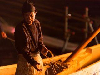 Le pêcheur fabrique un réseau complexe de cordes