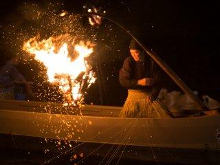 Ils repositionnent le feu pour attirer le poisson