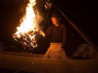 Attisent le feu pour amener le poisson à la surface