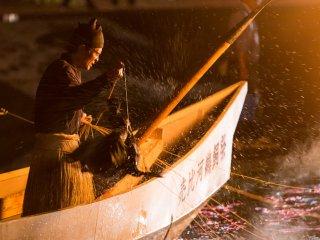Un cormoran éclabousse le pêcheur
