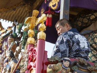 Un festivalier regarde la foule depuis un char